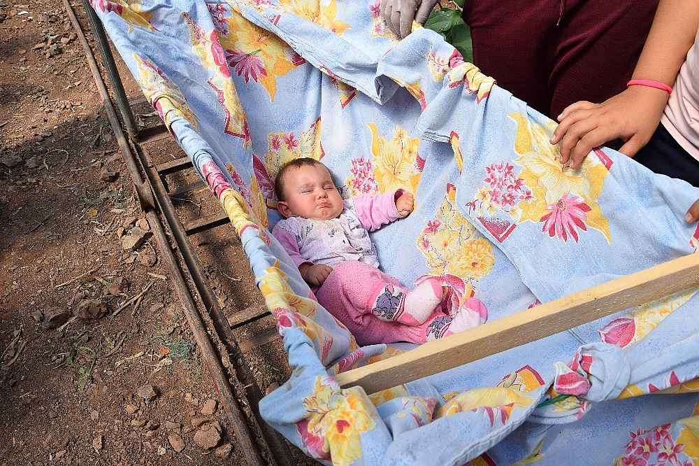 2020/03/herkes-eve-kapandi-onlarin-is-yuku-artti-bebekleriyle-seralara-tasindilar-20200325AW97-6.jpg
