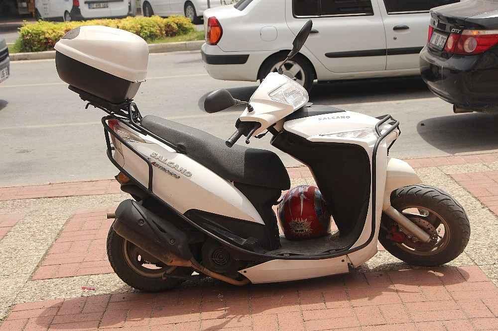 2020/05/antalyada-motosiklet-iki-otomobilin-arasinda-kaldi-2-yarali-20200522AW02-3.jpg
