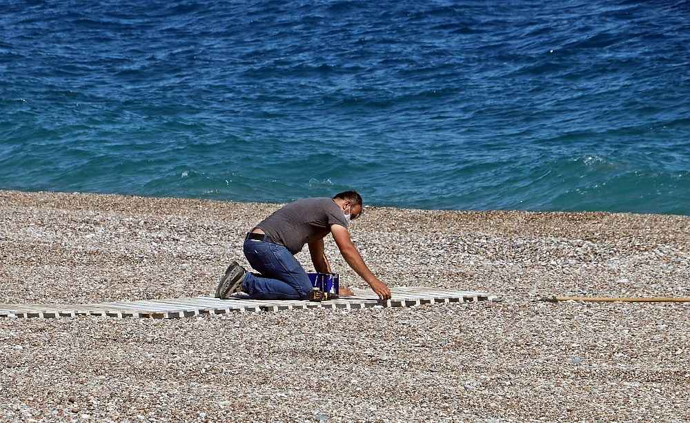 2020/05/dunyaca-unlu-sahil-sosyal-mesafeli-acilisa-hazirlaniyor-20200525AW02-2.jpg