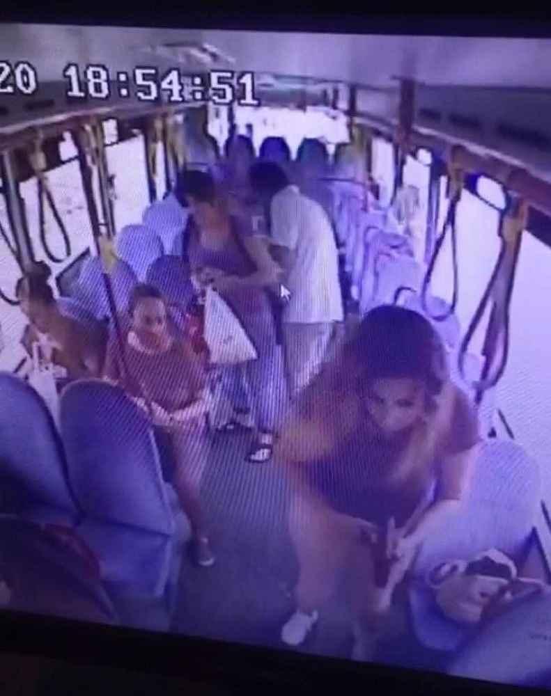 Halk otobüsünde hırsızlık yaptı, şoför kapıları kapatınca kaçamadı ...
