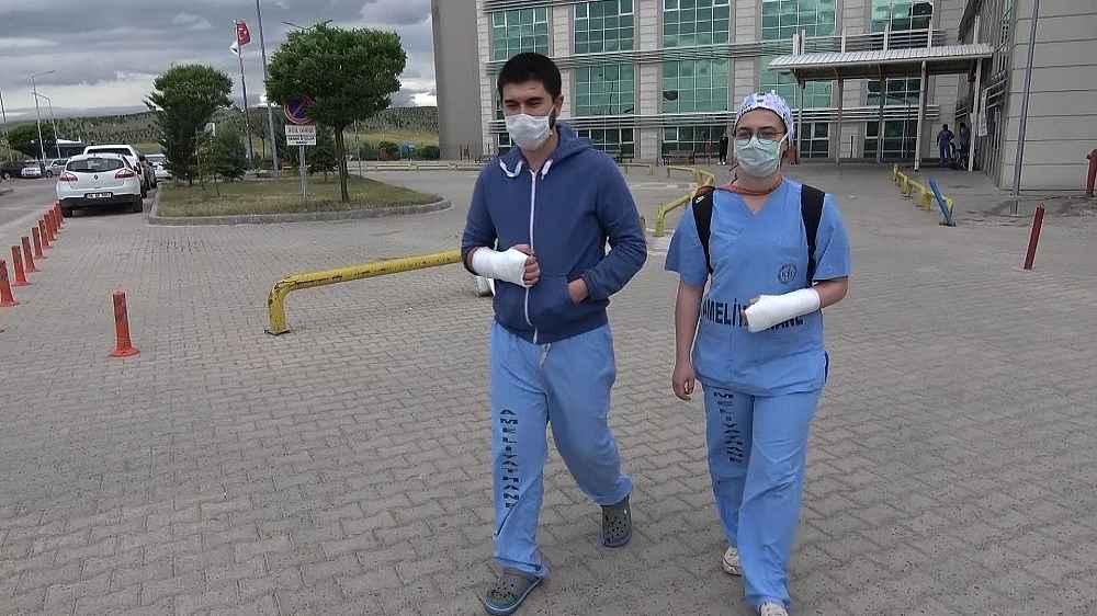2020/05/iki-doktoru-hastanede-tekme-tokat-dovduler-20200523AW02-4.jpg