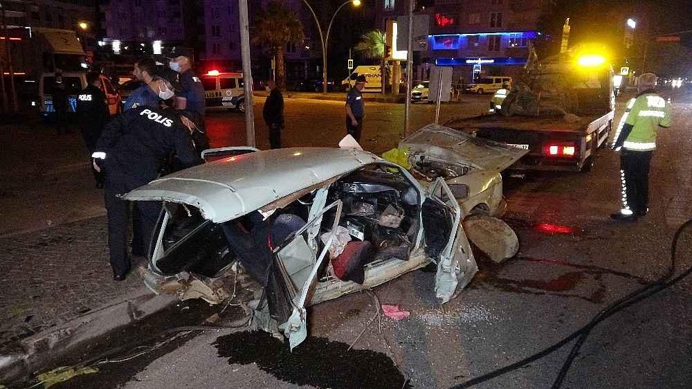 2020/05/kazada-otomobil-ikiye-bolundu-2si-agir-5-yarali-20200528AW02-1.jpg