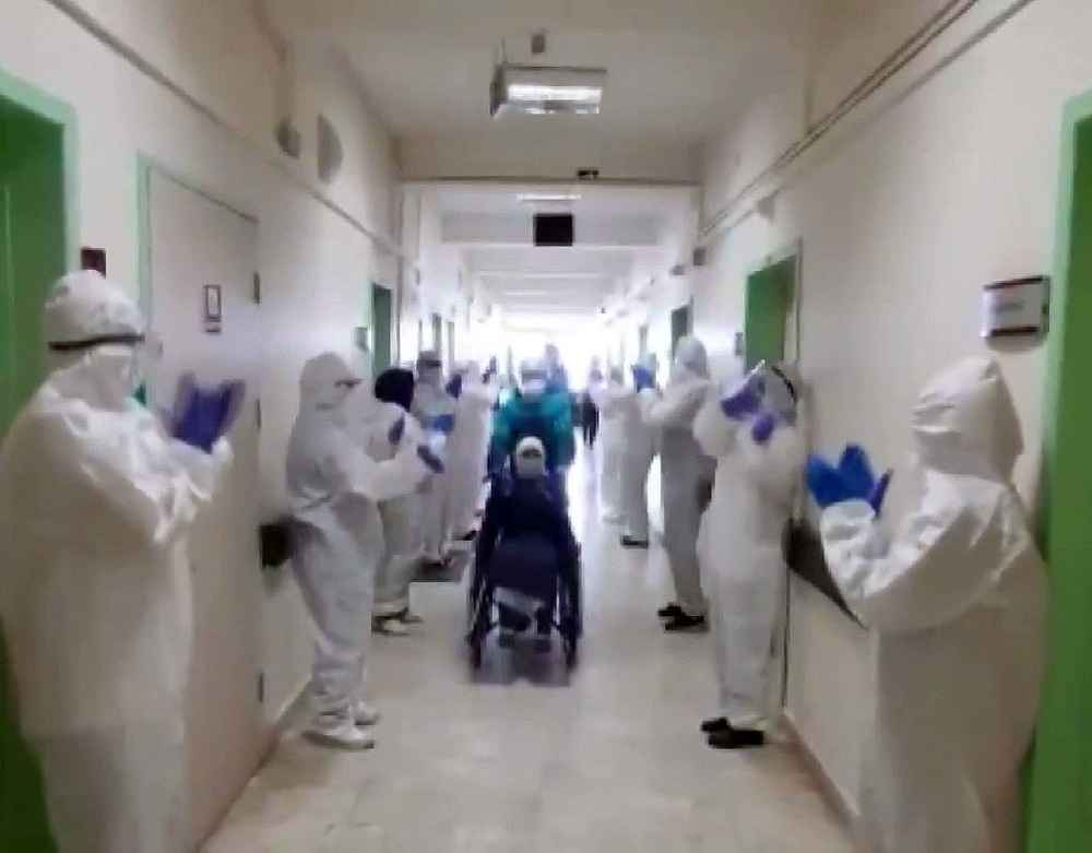 2020/05/korona-virus-tedavisi-biten-4-hasta-saglik-calisanlari-tarafindan-alkislarla-ugurlandi-20200513AW01-1.jpg