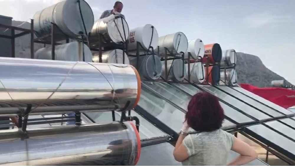 2020/05/temizlemek-icin-soktugu-musluk-filtresinde-yuzlerce-sinek-gorunce-saskina-dondu-20200522AW02-2.jpg