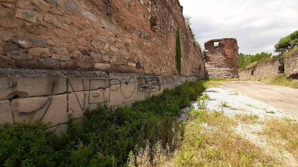 2020/06/2-bin-yillik-roma-surlarini-spreyle-boyayip-yaninda-ates-yaktilar---bursa-haberleri-20200603AW03-8.jpg