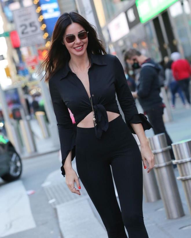 2021/04/1618223685_new-york-caddelerinde-siyahlar-icinde-bir-guzel-719433_3122_5_b.jpg