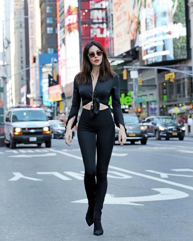 2021/04/1618223685_new-york-caddelerinde-siyahlar-icinde-bir-guzel-719433_8932_6_b.jpg