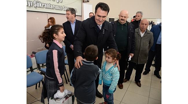 Dündar, Suriyeli çocukların yüzünü güldürdü