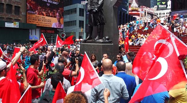Afişleri yasaklayan ABD'de Türkler şehitler için sokağa döküldü