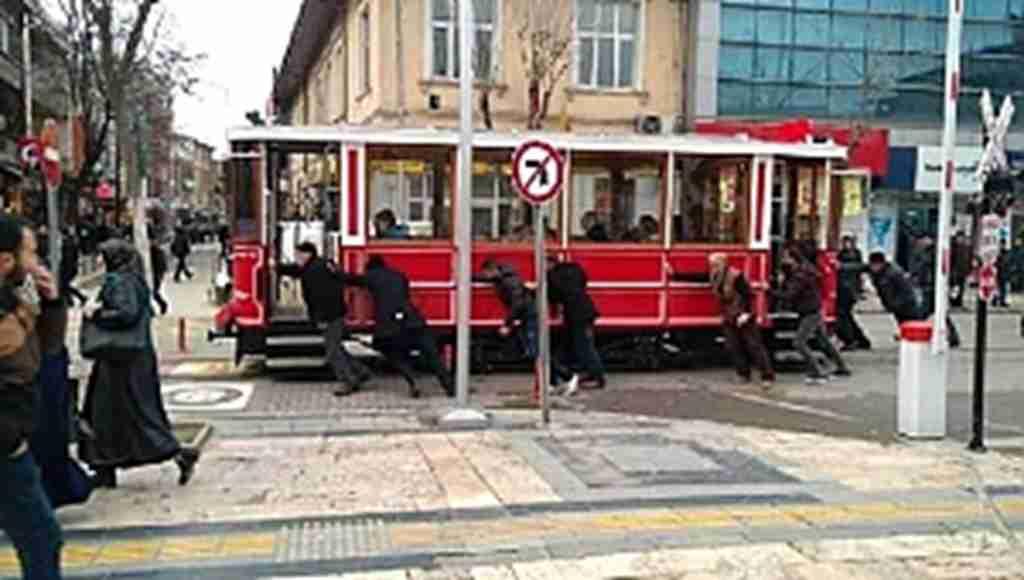 Bozulan nostaljik tramvayı, el birliğiyle ittiler