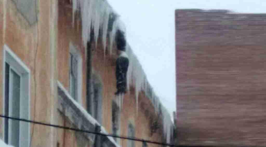 İnanılmaz görüntü, tamirci binanın tepesinde donarak öldü