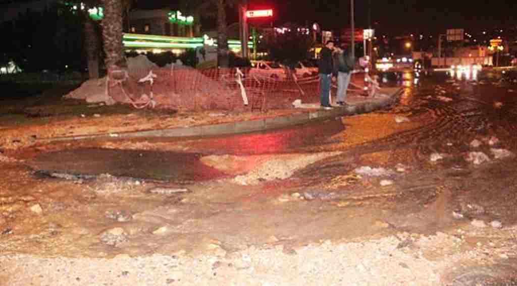 Patlayan su borusu asfaltı yerinden söktü, ortalık savaş alanına döndü!