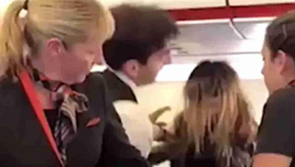 3 striptizci kadın uçağı birbirine kattı