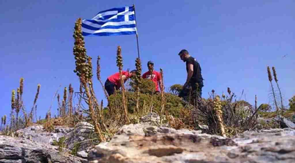 Ege'de gerilim, SAT Komandoları Yunan bayrağını kaldırdı