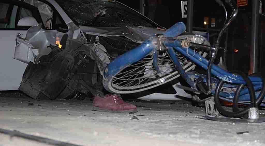 Konya'da feci kaza! Otomobil önce bisikletliye sonra tramvay durağına daldı