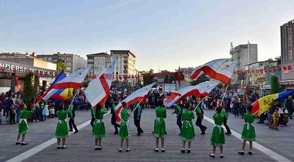 Mustafakemalpaşa'da 23 Nisan kutlamaları Kıpçaklı çocukların gösterileriyle renklendi - Bursa Haberleri