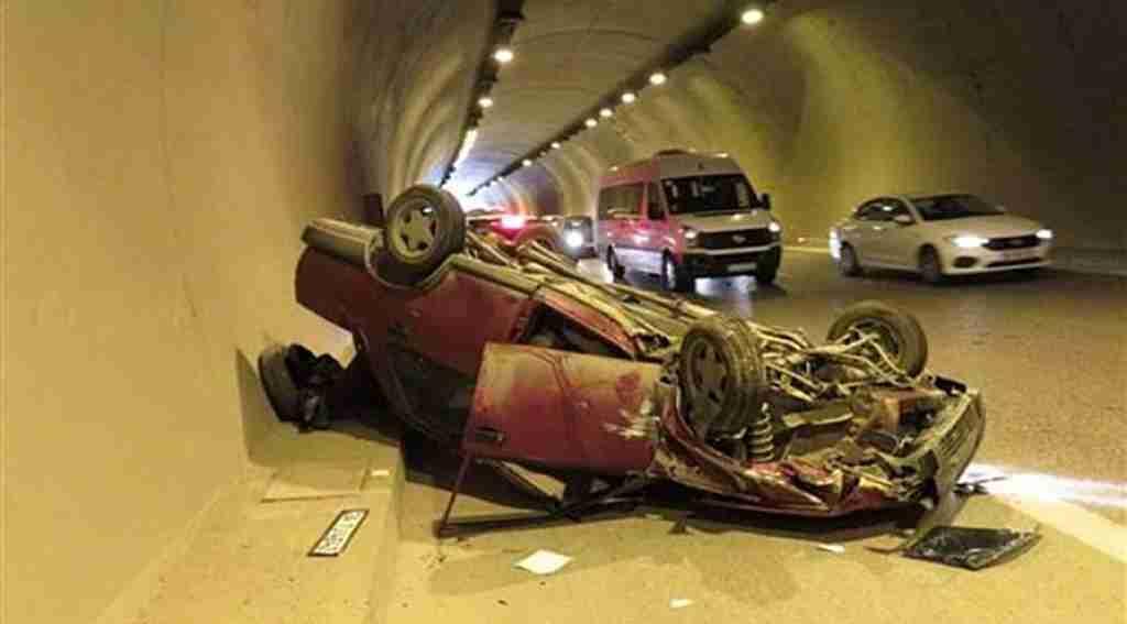 Tünelde faciadan dönüldü, bebekli araba takla attı