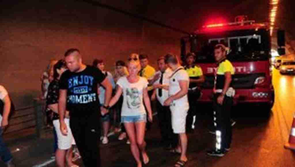 Antalya'da turistler ölümden döndü, Tünel'de feci trafik kazası!