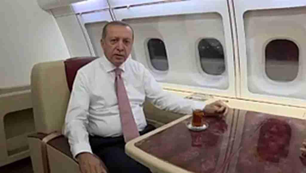Cumhurbaşkanı Erdoğan, eşi Emine Erdoğan'la uçakta sahur yaptı
