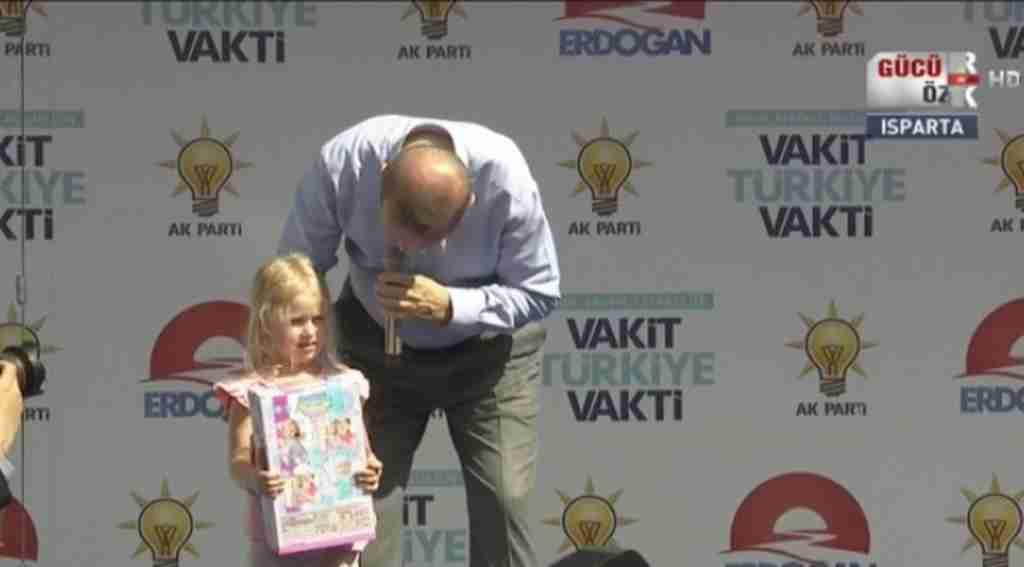 Cumhurbaşkanı Erdoğan'ın Isparta'da kız çocuğuna sorduğu soru mitinge damga vurdu!
