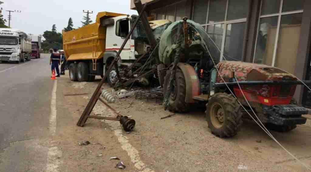 Hızını alamayan kamyon elektrik direğini devirdi - Bursa Haberleri