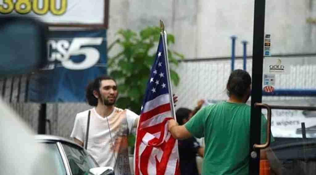 Adil Öksüz'ün kayınbiraderi ABD bayrağını öperken görüntülendi