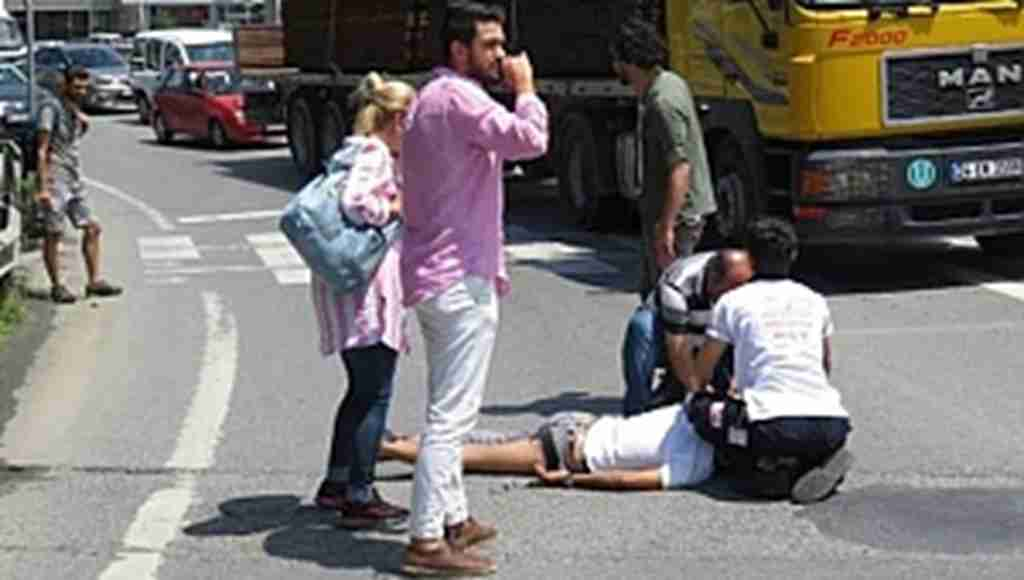 Akılalmaz kaza! Pantolonunun bacağı araçta takılı kaldı