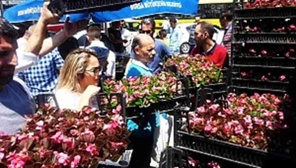 Bayramda kabir ziyaretine gelen 650 bin kişiye çiçek - Bursa Haberleri