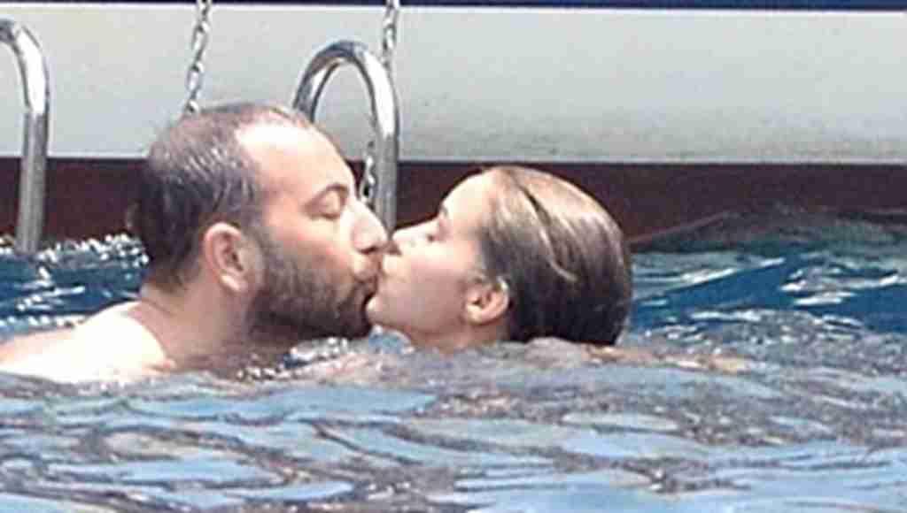 Bensu Soral, sevgilisini denizde öpücüklere boğdu