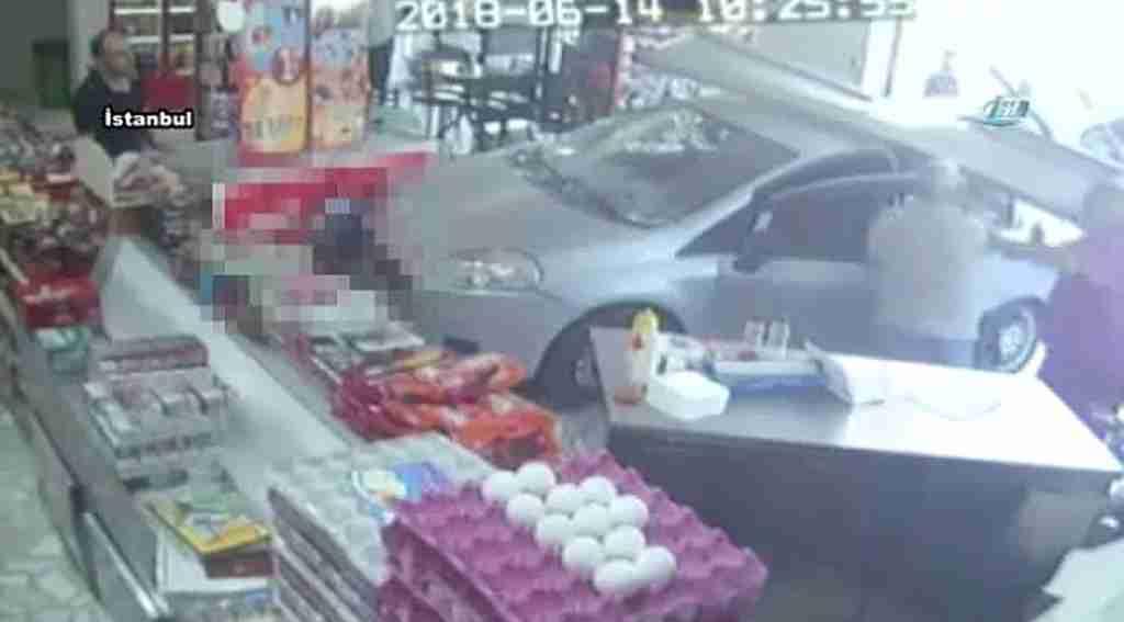 Büfeye dalan sürücü, çay içerken çarptığı müşteriden dayak yedi