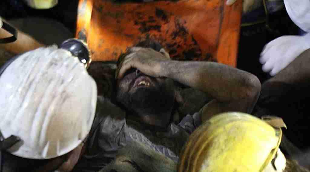Çöken maden ocağında kalan işçiler 7 saat sonra sağ çıktılar!