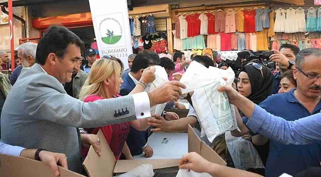 Dündar çarşıda iftariyelik dağıttı - Bursa Haberleri