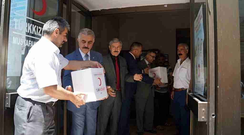 MHP'li Büyükataman ziyaret ettiği Kızılay'da kolilerin taşınmasına yardım etti - Bursa Haberleri