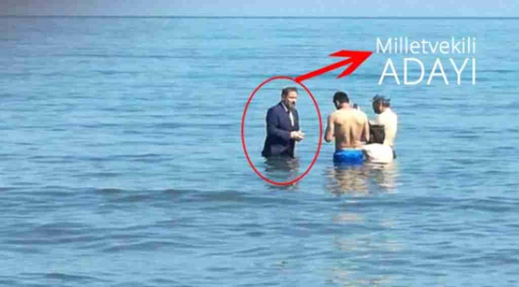 Milletvekili adayı takım elbiseyle denize girdi