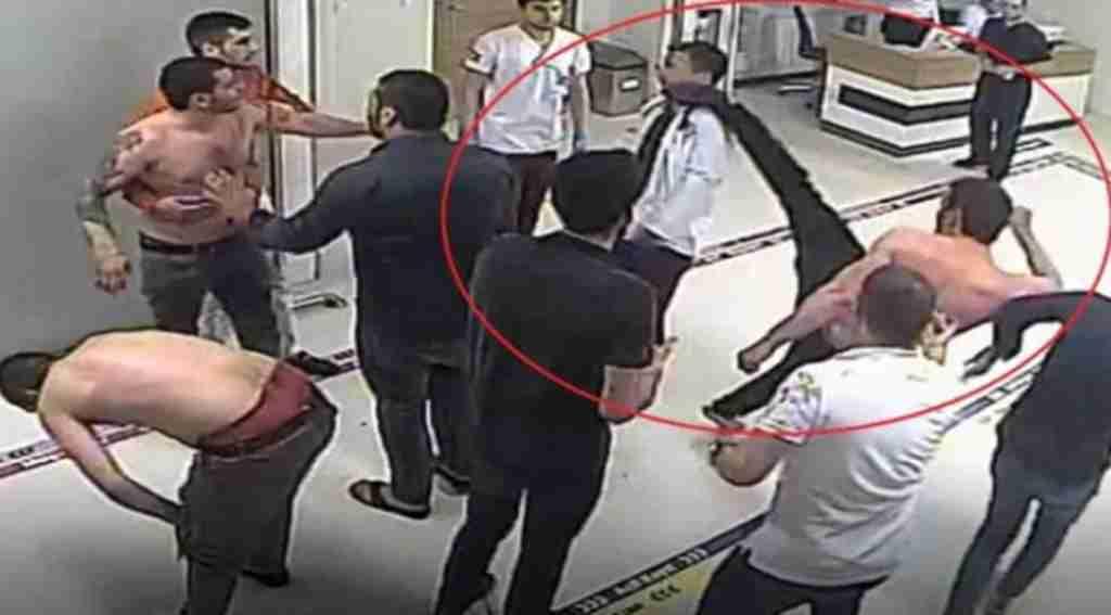 Tedavi için getirildiği hastanede doktorun yüzüne tekme attı! O anlar güvenlik kamerasında!