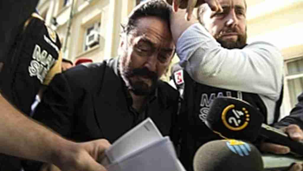 Adnan Oktar'ın evinden çıkan silahlar polisi bile şok etti!