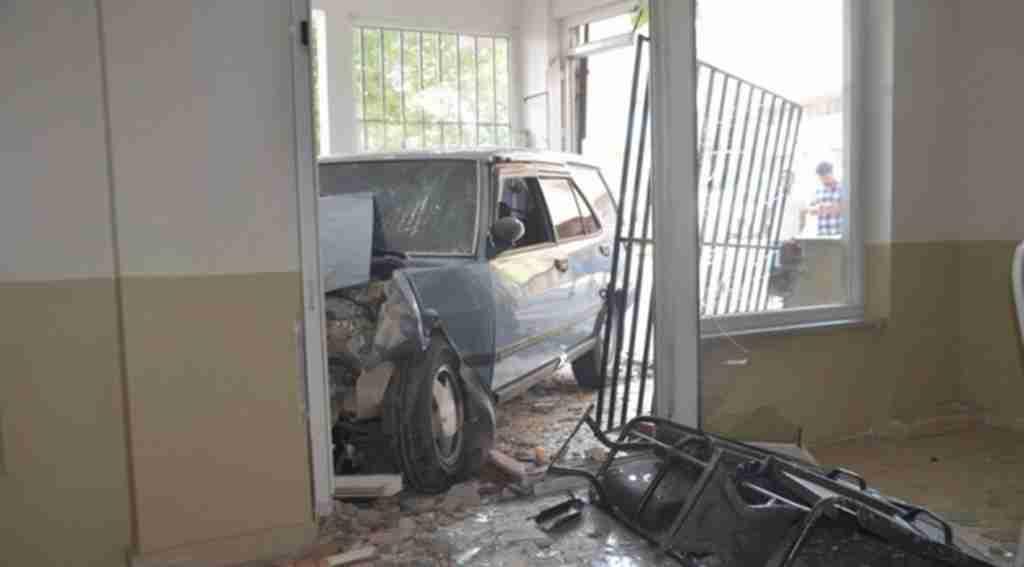 Çocuğunu hastaneye yetiştirmeye çalışırken otomobiliyle dükkana daldı - Bursa Haberleri