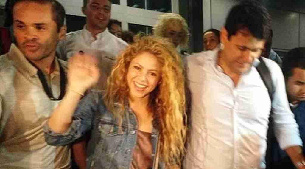 Dünyaca ünlü şarkıcı Türkiye'ye gelir gelmez gazeteciler eline tutuşturdu