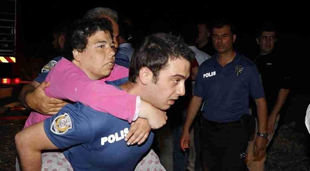 Engelliler huzurevinde çıkan yangında mahsur kalanları polisler sırtında taşıdı!