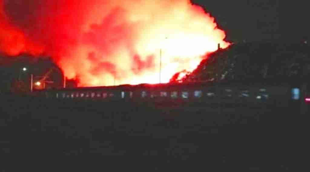 Korkutan manzara, yolcu treni alevlerin içinden geçti
