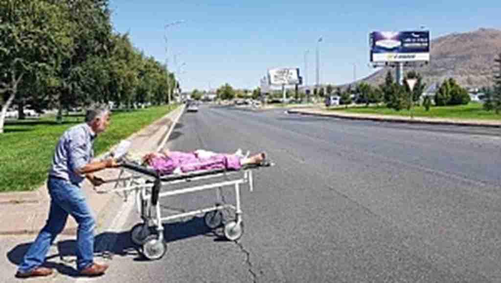 Ambulans verilmeyince hastasını böyle taşıdı