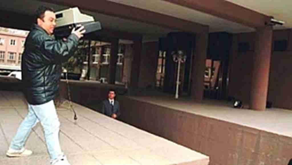 Başbakanlık binasının önünde Ecevit'e yazar kasa fırlatmıştı, bugün ki tabloyu yorumladı :)