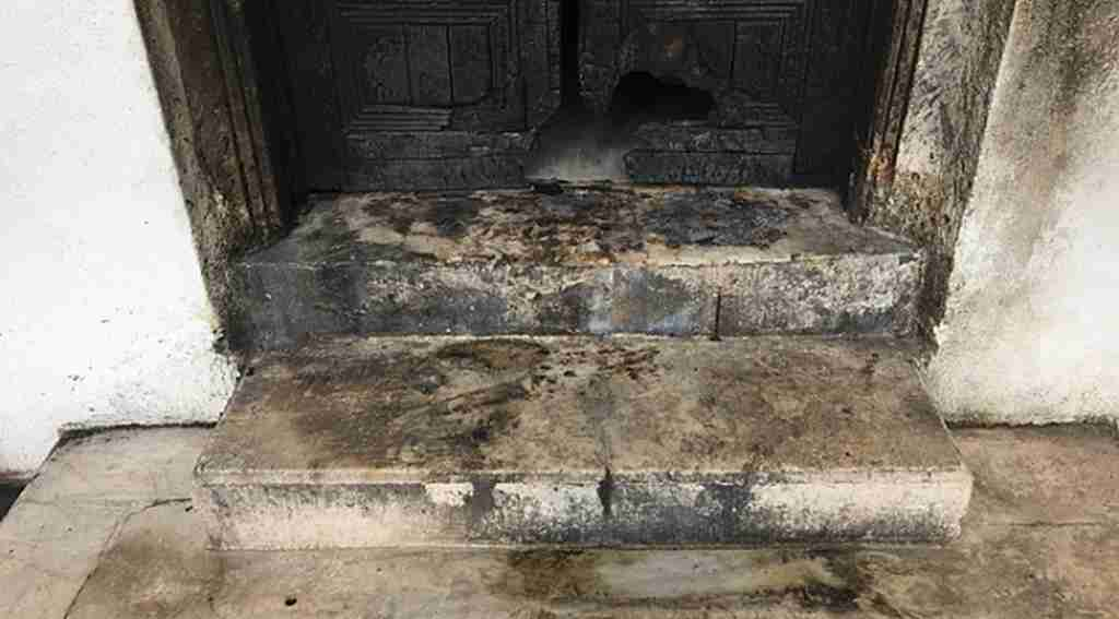 Tarihi kapısı ateşe verilen türbe madde bağımlılarının mekanı oldu - Bursa Haberleri