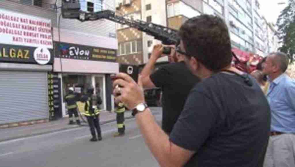 Yangında şaşkınlık veren olay! Eşini telefonla görüntülü arayarak yangını izletti