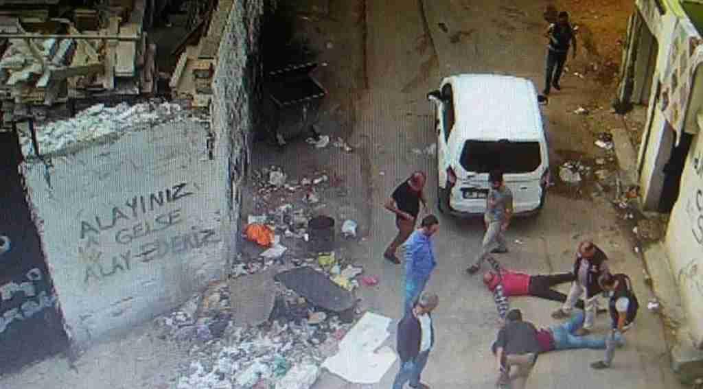 'Alayınız gelse alay ederiz' yazısının altında gözaltına alındılar  - Bursa Haberleri