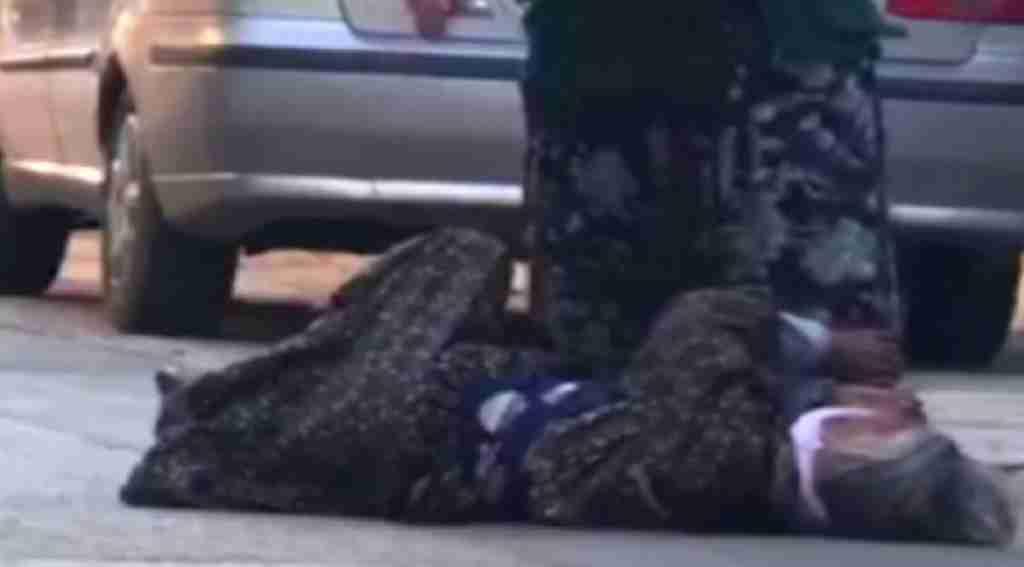 Bursa'da utanç veren görüntü! Vicdansız gelin sokak ortasında hasta kaynanasına işkence yaparken görüntülendi!