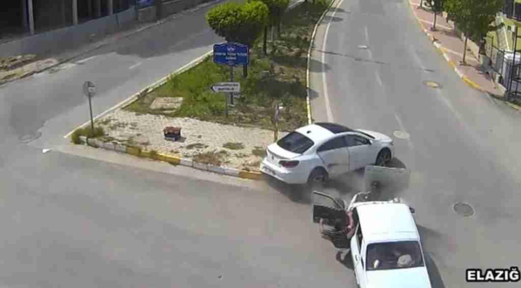 Emniyet kemeri takmayan sürücü araçtan fırladı