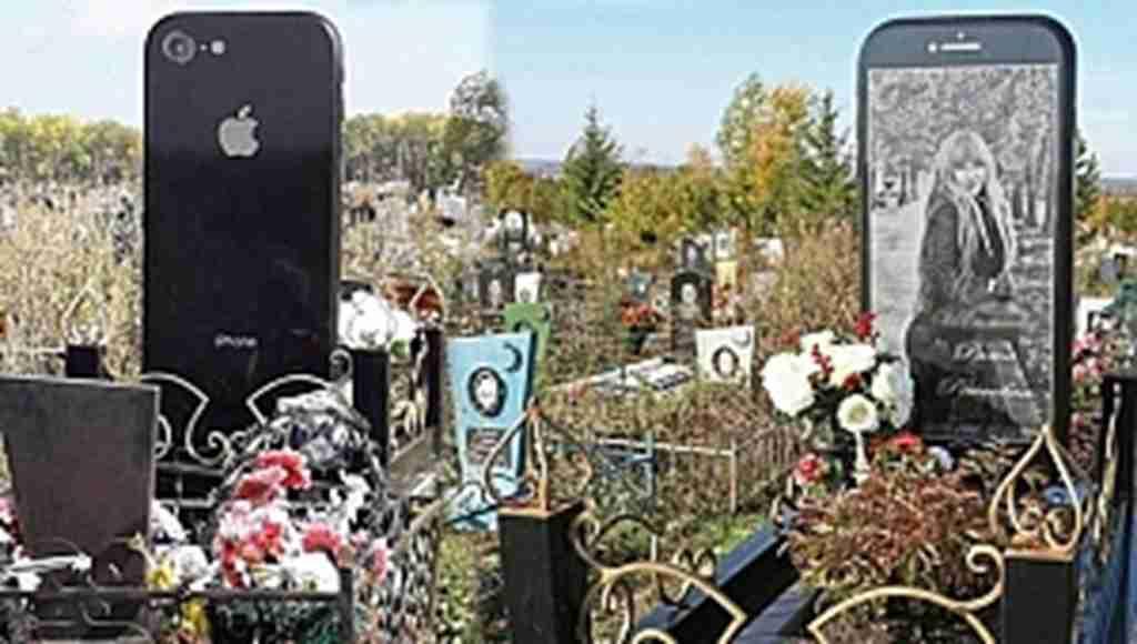 Telefonunu çok seviyordu, iPhone şeklinde mezar taşı yapıldı