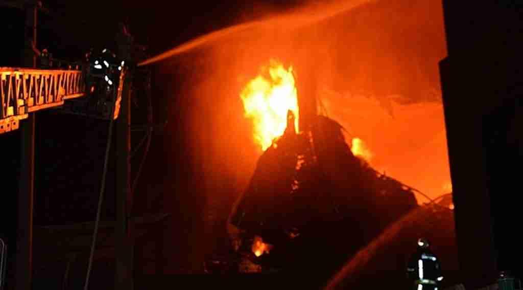 Bursa'daki dev fabrika yangınına 50 itfaiye aracı ile 150 itfaiyeci müdahale ediyor - Bursa Haberleri
