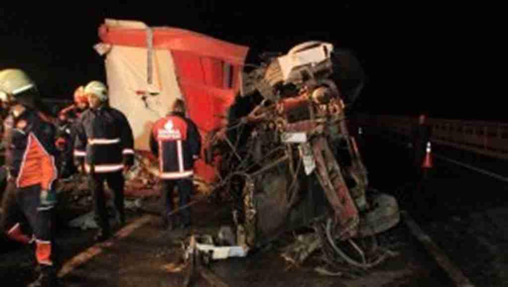 Köprüde can pazarı! Feci trafik kazasında ortalık savaş alanına döndü: 2 ölü